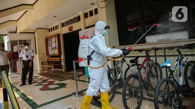 Petugas PMI Kecamatan Kemayoran melakukan penyemprotan disinfektan di Kelurahan Cempaka Baru, Jakarta, Rabu (7/10/2020). Penyemprotan dilakukan setelah dua petugas dinyatakan positif COVID-19. (Liputan6.com/Faizal Fanani)