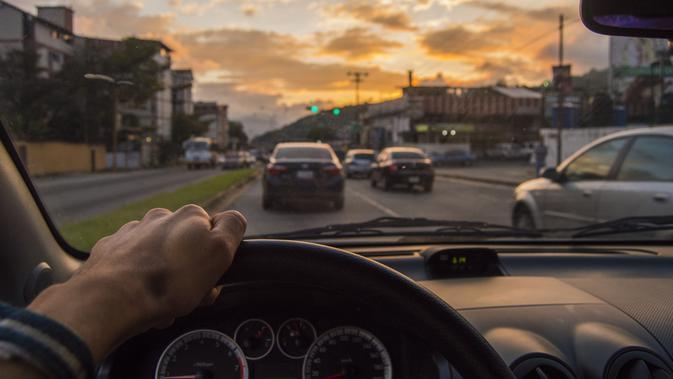 Selama Lockdown Corona Covid-19, Warga Malaysia Hanya Boleh Berdua Naik Mobil