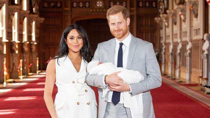 Pangeran Harry dan istrinya, Meghan Markle saat memperkenalkan bayi mereka (Dominic Lipinski/AP)