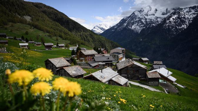 Suasana pemukiman di sekitar Stadion Ottmar Hitzfeld di tengah pegunungan Alpen Swiss (14/5/2020). Markas klub FC Gspon tersebut berada pada ketinggian 2.000 meter di atas permukaan laut. (AFP/Fabrice Coffrini)