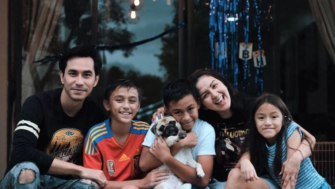 Potret Kebersamaan Keluarga Darius Sinathrya dan Donna. (Sumber: Instagram.com/darius_sinathrya)
