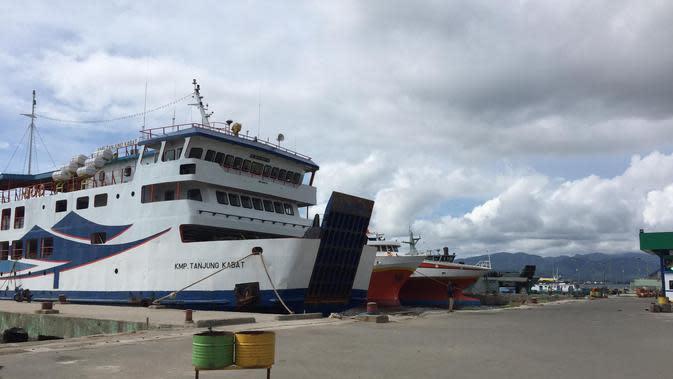 Beberapa armada penyebrangan dari Ambon menuju Kabupaten Buru Selatan masih bersandar di Pelabuhan Slamet Riyadi akibat dari kebijakan penutupan akses trasportasi oleh pemerintah kabupaten Buru Selatan.