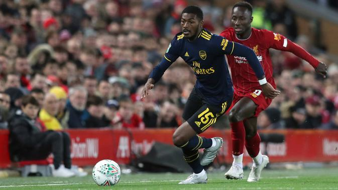 Gelandang Arsenal, Ainsley Maitland-Niles dan gelandang Liverpool Naby Keita berusaha mengejar bola pada laga babak 16 Besar Carabao Cup di Anfield Stadium, Rabu (30/10/2019). Berimbang 5-5 di waktu normal, Liverpool menang 5-4 dalam adu penalti dan maju ke perempatfinal . (AP/Jon Super)