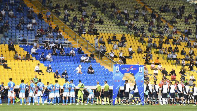 Penonton saat menyaksikan pertandingan antara Parma melawan Napoli dii Stadion Ennio Tardini pada laga Serie A, Minggu (20/9/2020). Sejumlah liga di Eropa telah mengijinkan fans menonton langsung pertandingan di stadion. (Massimo Paolone/LaPresse via AP)