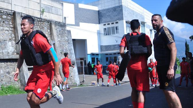 Pelatih fisik Arema FC, Marcos Gonzales memimpin menu latihan fisik di kawasan Batu, Malang, Jawa Timur. (Bola.com/Iwan Setiawan)
