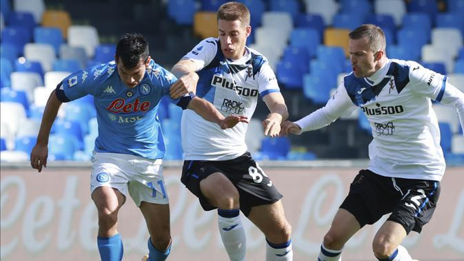 Gelandang Napoli, Hirving Lozano, berebut bola dengan gelandang Atalanta, Mario Pasalic, pada laga lanjutan Liga Italia di Stadion San Paulo, Napoli, Sabtu (17/10/2020) malam WIB. Napoli menang 4-1 atas Atalanta. (Alessandro Garofalo/LaPresse via AP)