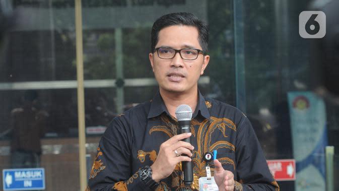 Juru Bicara KPK Febri Diansyah memberikan keterangan kepada wartawan di Gedung KPK, Jakarta, Senin (26/12/2019). Febri melepas jabatan Juru Bicara KPK dan memilih sebagai Kabiro Humas KPK. (merdeka.com/Dwi Narwoko)