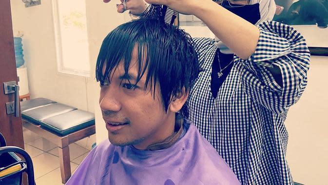 Lama tampil dengan rambut gondrong, Rian putuskan pangkas rambutnya. (Sumber: Instagram/@rianekkypradipta)
