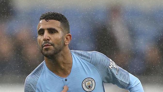 Aksi Riyad Mahrez Bermain Ponsel di Bangku Cadangan Manchester City Curi Perhatian
