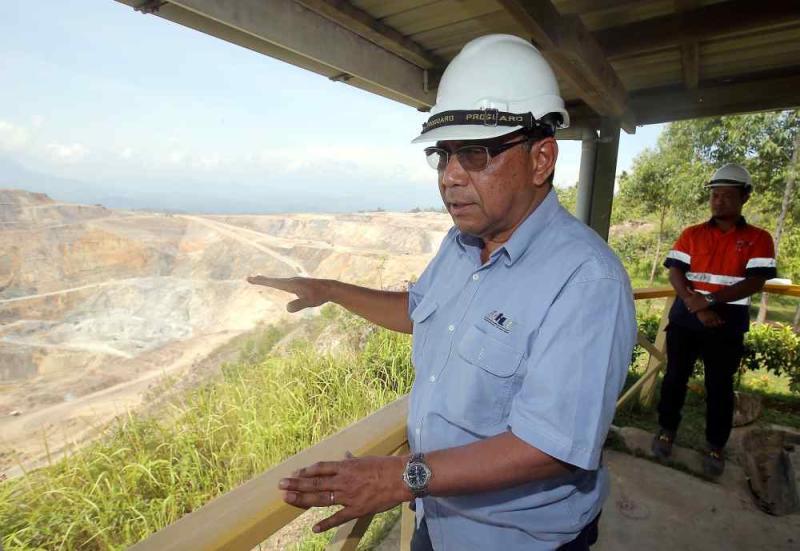 RHT Senior General Manager Madzlan Zam explaining to reporters on the mining operation in Pengkalan Hulu.