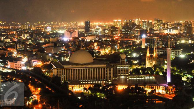 Pemandangan Kota Jakarta dilihat dari puncak Monas pada malam hari, Selasa (5/4). Gubernur Ahok telah meresmikan Wisata Malam Monas. (Liputan6.com/Gempur M Surya)