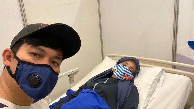 Indra Bekti memperlihatkan Aldila yang sedang terkulai lemas di ranjang perawatan sebuah rumah sakit. (https://www.instagram.com/p/CEEL78Kg7Lb/)