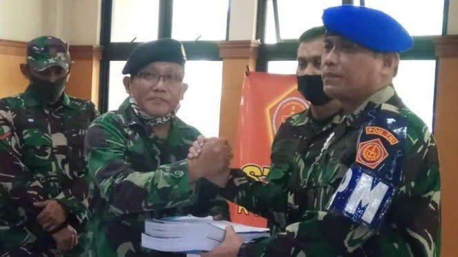 VIVA Militer : Danpuspom TNI menyerahkan berkas oknum TNI AL ke Auditor Militer