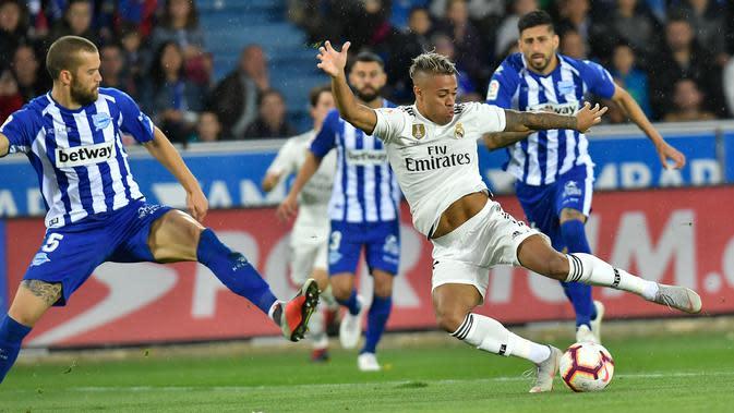 Striker Real Madrid, Mariano Diaz menendang bola dari kawalan pemain Deportivo Alaves Guillermo Maripan saat bertanding pada lanjutan La Liga Spanyol di stadion Mendizorroza, Vitoria (6/10). Madrid takluk 1-0 Deportivo Alaves. (AP Photo/Alvaro Barrientos)