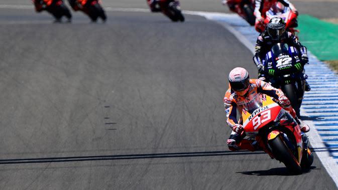 Marc Marquez sempat memimpin lomba MotoGP Jerez, Minggu (19/7/2020), sebelum akhirnya keluar trek. (JAVIER SORIANO / AFP)