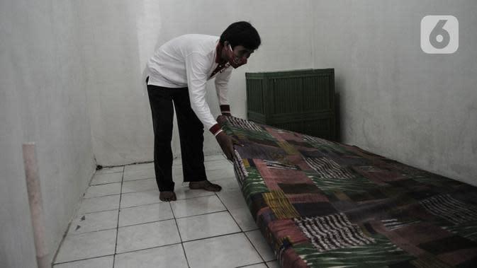 Anggota Lembaga Keswadayaan Masyarakat (LKM) merapikan kamar isolasi COVID-19 di RW 05 Kelurahan Kuningan Barat, Jakarta, Kamis (27/8/2020). Dari 16 kamar indekos, 4 di antaranya dijadikan sebagai ruang isolasi yang telah disterilisasi. (merdeka.com/Iqbal S. Nugroho)