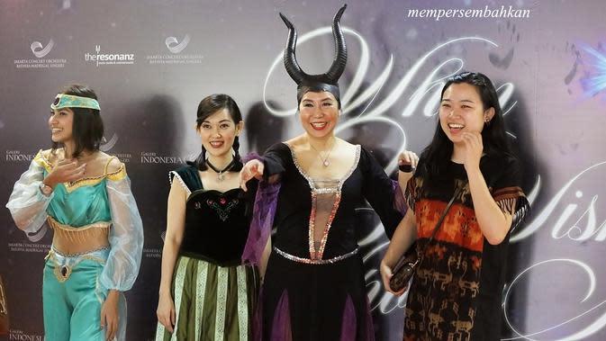 Bahkan banyak dari penonton yang hadir juga mengenakan busana dari karakter tokoh film-film Disney, seperti Snow White, Princess Jasmine, Maleficent, Mickey Mouse, hingga karakter Anna dalam film Frozen. (Bambang E Ros/Fimela.com)