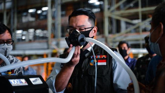Gubernur Jabar Ridwan Kamil mencoba Ventilator Vent-I buatan PTDI dan ITB di kepada di Hanggar Fixed Wing PTDI, Jalan Pajajaran Bandung, Jumat, 24 April 2020. (Foto: Humas PTDI)