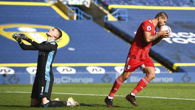 Pemain Fulham, Aleksandar Mitrovic, melakukan selebrasi usai mencetak gol ke gawang Leeds United pada laga Premier League di Stadion Elland Road, Sabtu (19/9/2020). Leeds United menang dengan skor 4-3. (Oli Scarff/Pool via AP)