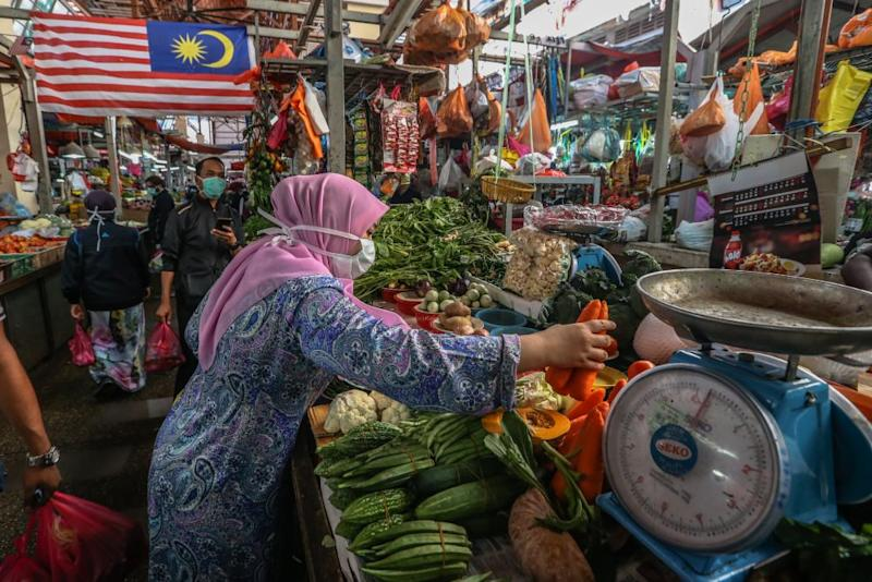 Shoppers throng Chow Kit's wet market in Kuala Lumpur March 17, 2020. — Picture by Firdaus Latif