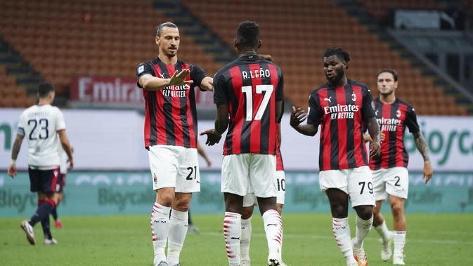 Zlatan Ibrahimovic, Rafael Leao, dan Franck Kessie merayakan gol pertama AC Milan ke gawang Cagliari pada pekan ke-38 Liga Italia di San Siro, Minggu (2/8/2020) dini hari WIB. AC Milan menang 3-0. (Spada/LaPresse via AP)