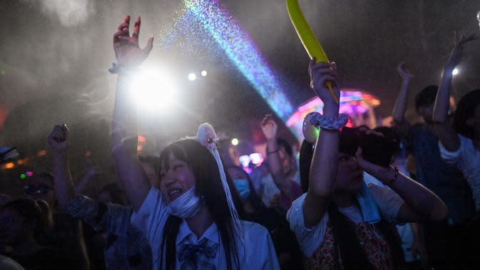 Sejumlah orang berpartisipasi dalam festival musik di Wuhan, Provinsi Hubei, China, 4 Agustus 2020. Wuhan kembali pulih sejak karantina terkait COVID-19 dicabut. (Hector Retamal/AFP)