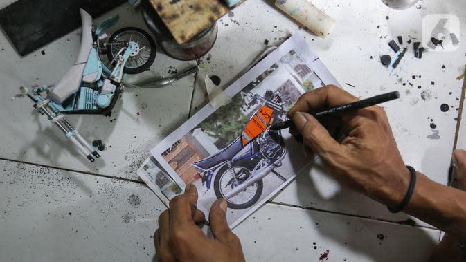 Pengrajin Wawang Kurniawan, membuat cetakan miniatur motor RX-King di Kampung Dukuh, Serua, Tangerang Selatan, Sabtu (17/10/2020). Selama masa pandemi Covid-19, miniatur motor yang dijual dengan harga Rp400 - 500 ribu per buah tidak mengalami penurunan omset. (Liputan6.com/Fery Pradolo)