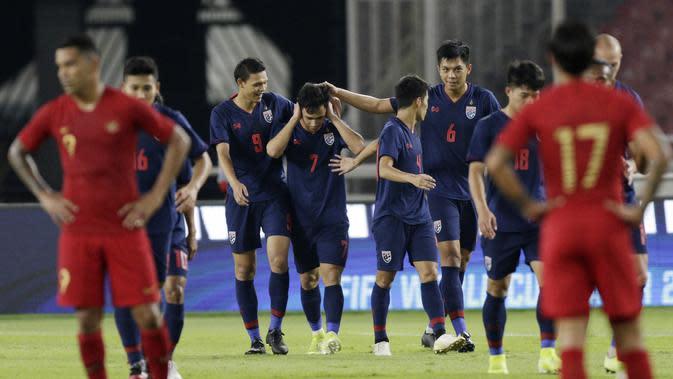Pemain Thailand merayakan gol yang dicetak oleh Supachok Sarachat ke gawang Indonesia pada laga kualifikasi Piala Dunia 2022 di SUGBK, Jakarta, Selasa (10/9). Indonesia takluk 0-3 dari Thailand. (Bola.com/M Iqbal Ichsan)
