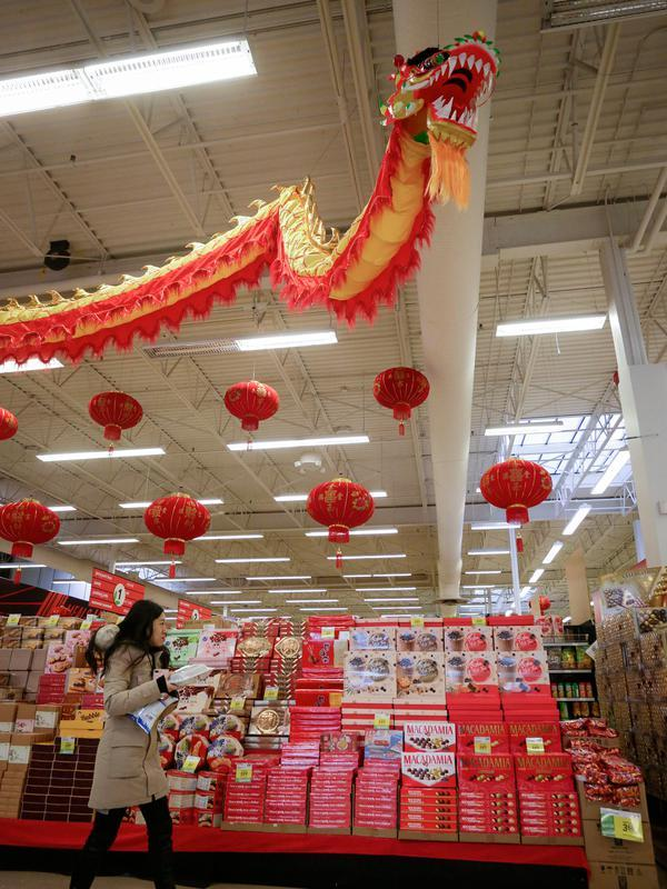 Seorang pelanggan berbelanja makanan untuk menyambut Tahun Baru Imlek yang akan segera tiba di Pasar Swalayan Pricesmart di Vancouver, Kanada, 14 Januari 2020. Warga di Kanada membeli sejumlah keperluan khusus untuk menyambut Tahun Baru Imlek yang tahun ini jatuh pada 25 Januari. (Xinhua/Liang Sen)