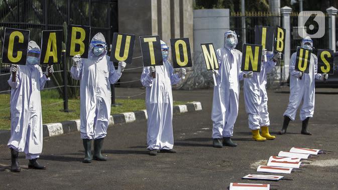 Aktivis Walhi saat menggelar aksi damai di depan Gedung MPR/DPR/DPD, Jakarta, Kamis (9/7/2020). Dalam aksinya mereka menyerukan untuk menolak dan menghapus RUU Omnibus Law Cipta Lapangan Kerja. (Liputan6.com/Johan Tallo)