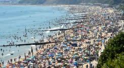 Para pencari sinar matahari memicu insiden darurat di pantai Inggris