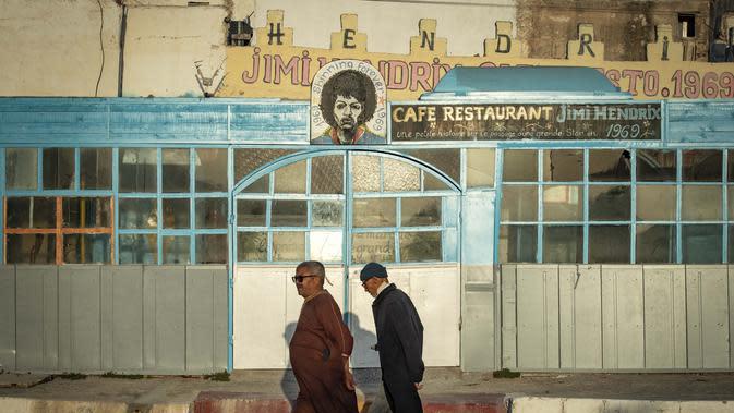 Sebuah poster gitaris AS Jimi Hendrix terlihat di kota pesisir Maroko Essaouira pada 10 September 2020. Essaouira merupakan bekas kota benteng dan salah satu magnet wisata di Maroko yang terletak lima kilometer dari Diabat. (AFP/Fadel Senna)