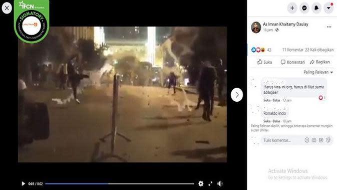 Gambar Tangkapan Layar Video Demonstran Menendang Gas Air Mata