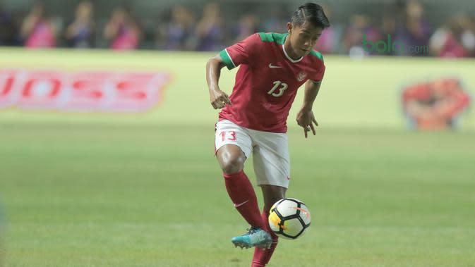 Pemain Timnas Indonesia U-23, Febri Hariyadi saat melawan Bahrain pada laga PSSI Anniversary Cu 2018 di Stadion Pakansari, Bogor, (26/4/2018). Bahrain menang 1-0. (Bola.com/Nick Hanoatubun)