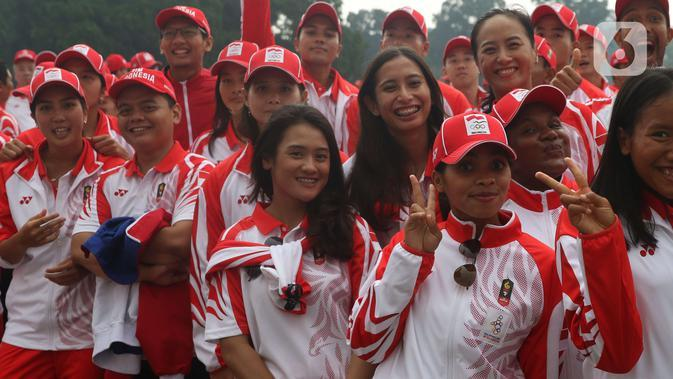 Sejumlah atlet perempuan berpose saat pelepasan Kontingen Indonesia untuk SEA Games 2019 Filipina di Istana Bogor, Jawa Barat, Rabu (27/11/2019). Sebanyak 841 atlet Indonesia akan berlaga di 52 cabang olahraga pada ajang multievent olahraga terbesar se-Asia Tenggara. (Liputan6.com/Angga Yuniar)