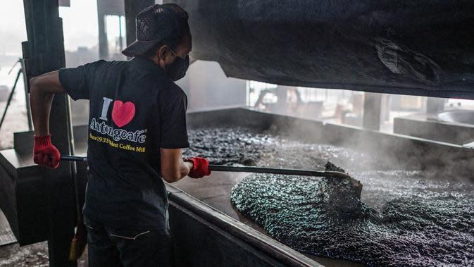Pekerja mendinginkan biji kopi di Pabrik Kopi Antong, Taiping, Perak, Malaysia, 29 September 2020. Pabrik Kopi Antong menggunakan mesin antik dan metode pemanggangan tradisional untuk menghasilkan bubuk sarat kafein yang terkenal selama 87 tahun. (Mohd RASFAN/AFP)