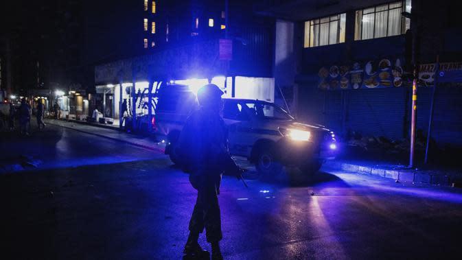 Patroli militer dari Pasukan Pertahanan Nasional Afrika Selatan (SANDF) pada 27 Maret 2020 saat lockdown, bergabung dengan negara-negara Afrika lain yang berupaya menghentikan penyebaran Virus Corona COVID-19 di seluruh benua. (Marco Longari/AFP)