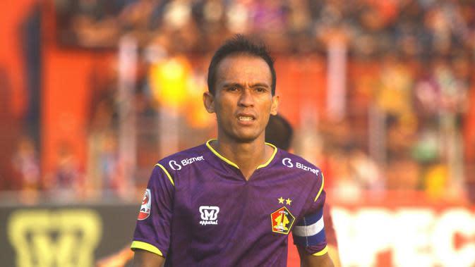 Kapten Persik Kediri, Faris Aditama, mengingatkan rekan setimnya untuk tak meremehkan Persewar pada laga Liga 2 2019 wilayah timur di Stadion Brawijaya, Kota Kediri, Minggu (14.7.2019). (Bola.com/Gatot Susetyo)