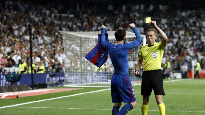 Lionel Messi mendapatkan kartu kuning usai berselebrasi dengan melepas jerseynya kala mencetak gol penentu kemenangan 3-2 Barcelona atas Real Madrid. (OSCAR DEL POZO / AFP)