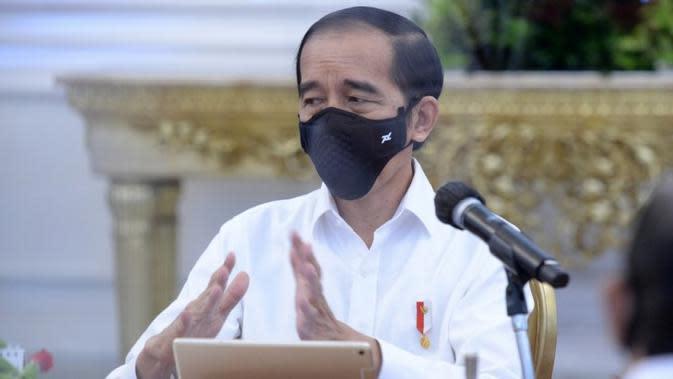 Presiden Jokowi meminta jajarannya bekerja lebih keras dalam penanganan pandemi, utamanya menyeimbangkan gas dan rem antara penanganan saat memimpin ratas di Istana Merdeka, Jakarta, Senin (24/8/2020). (Kementerian Sekretariat Negara)