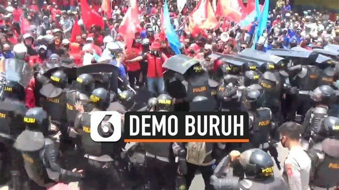 VIDEO: Baku Hantam Polisi dan Demonstran UU Cipta Kerja di Bandung