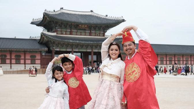 Vega Darwanti bersama suami dan anak-anaknya foto di depan Istana Gyeongbokgung (Dok.Instagram/@vegadarwanti123/https://www.instagram.com/p/BwlJSrSFtz9/Komarudin)