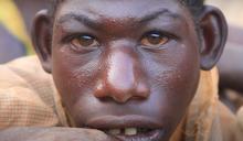 少年日走32公里進叢林,只為躲避村民的霸凌
