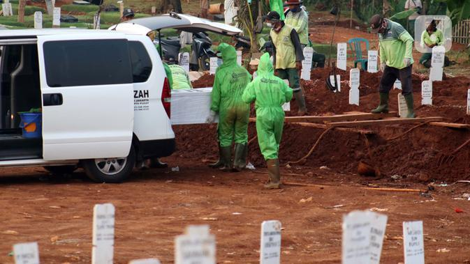 Petugas bersiap memakamkan pasien terinfeksi COVID-19 di TPU Pondok Ranggon, Jakarta, Senin (10/8/2020). Berdasar data di web corona.jakarta.go.id, Senin (10/8), kasus positif Covid-19 di Jakarta 26.193 orang, 16.446 dinyatakan sembuh dan 940 meninggal dunia. (Liputan6.com/Helmi Fithriansyah)