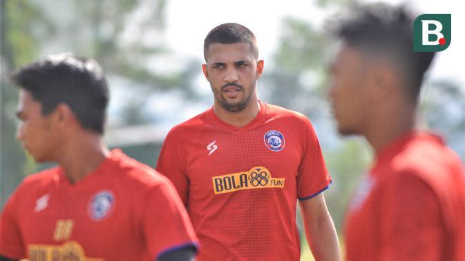 Bek Arema FC, Caio Ruan, menjalani latihan perdana di Lapangan Balearjosari, Kota Malang. Senin (29/9/2020). (Bola.com/Iwan Setiawan)