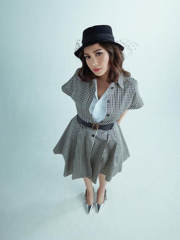 Seperti yang satu ini, Nagita cantik berbusana monokrom. Ia memakai dress hitam putih yang dipadukan kemeja putih dan belt kecil hitam. Semakin menarik penampilannya, lantaran ia mengenakan baret berwarna hitam. (Instagram/raffinagita1717)