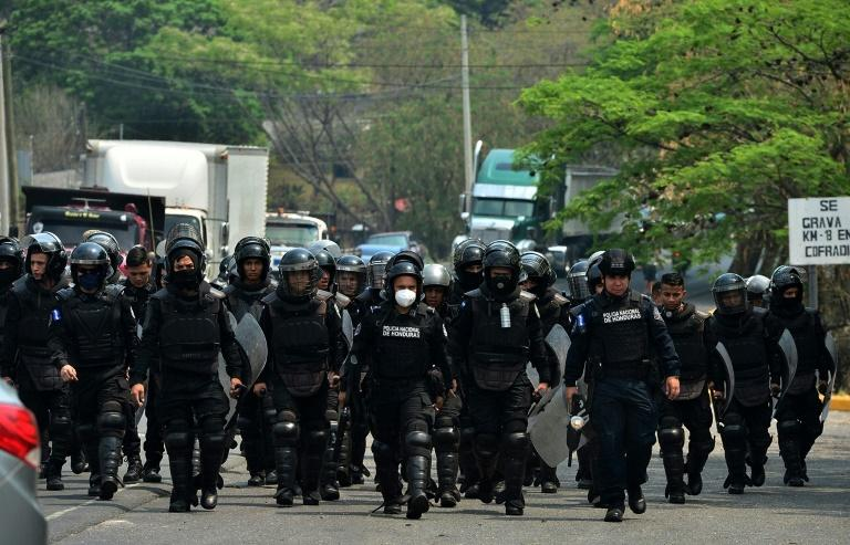 Honduran riot police move in to unblock the Tegucigalpa-Olanchoa highway on Monday