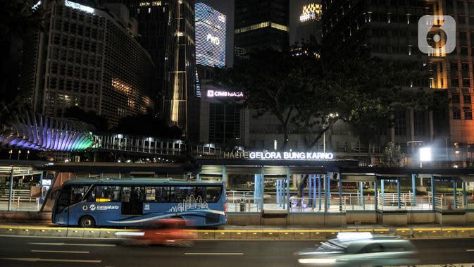 Lalu lintas kendaraan saat malam hari di kawasan Sudirman, Jakarta, Minggu (13/9/2020). Warga Jakarta bersiap kembali mengikuti peraturan PSBB yang diterapkan oleh Pemprov DKI mulai Senin (14/9) besok akibat terus meningkatnya kasus Covid-19 di Ibu Kota. (merdeka.com/Iqbal S. Nugroho)