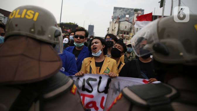 Pengunjuk rasa saat berdemonstrasi menolak UU Cipta Kerja di kawasan Harmoni, Jakarta, Kamis (8/10/2020). UU Cipta Kerja yang disahkan beberapa waktu lalu memicu demonstasi sejumlah kalangan. (Liputan6.com/Faizal Fanani)