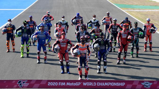 Pembalap MotoGP 2020 berpose bersama sebelum lomba MotoGP Jerez 2020. (JAVIER SORIANO / AFP)